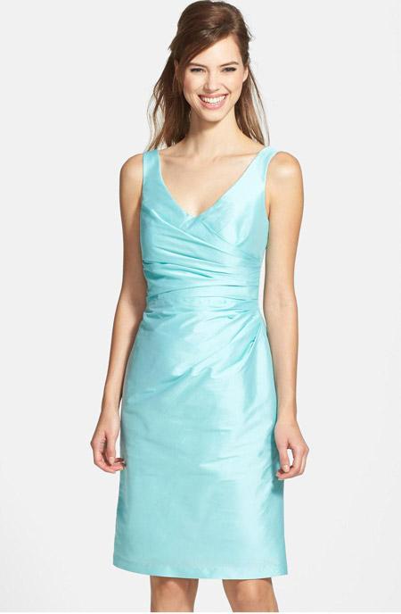 Голубое платье футляр со складками