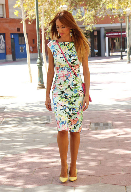 Девушка в летнем платье футляр с цветочным принтом