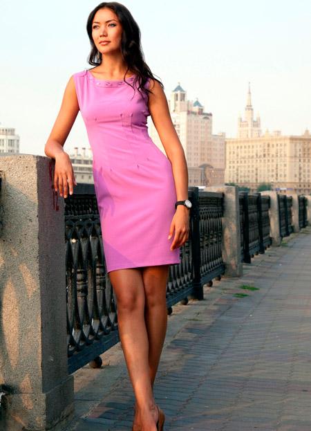 Девушка в летнем платье футляр розового цвета