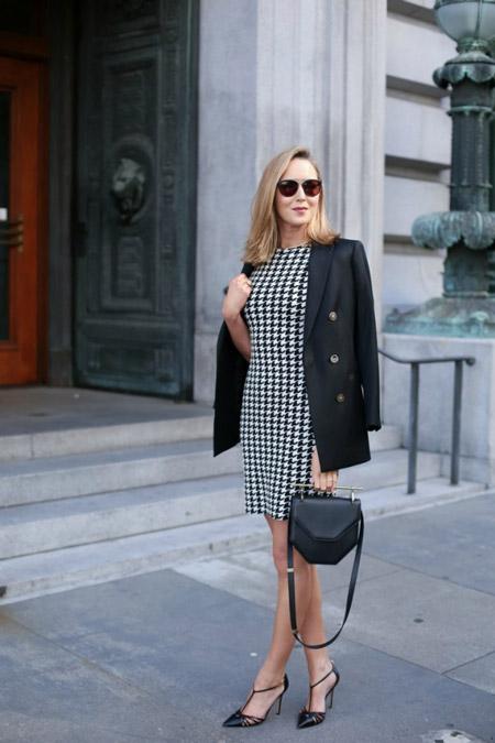 Девушка в черно-белом офисном платье футляр