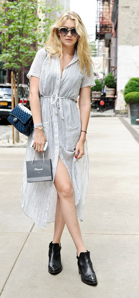 Девушка в длинном платье-рубашке в полоску