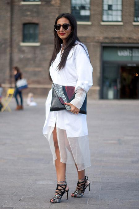 Девушка в белом платье-рубашке и с большим клатчем