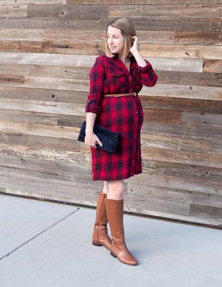 Беременная девушка в клетчатом платье рубашке