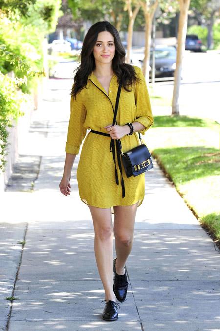 Девушка в желтом платье-рубашке