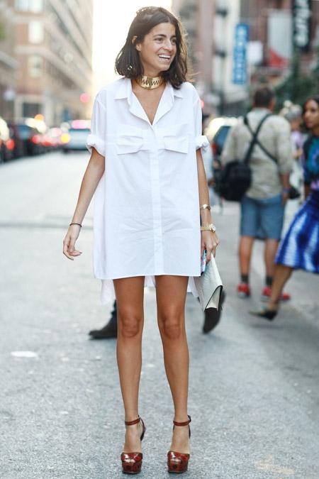 Модный блогер в белом платье рубашке