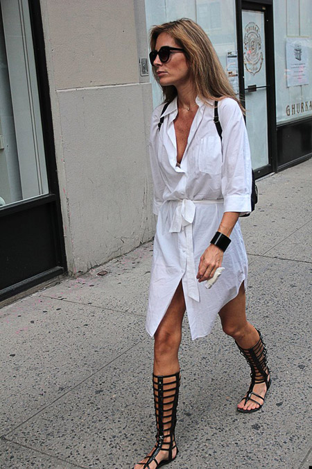 Девушка в сандалиях гладиаторах и белом платье-рубашке