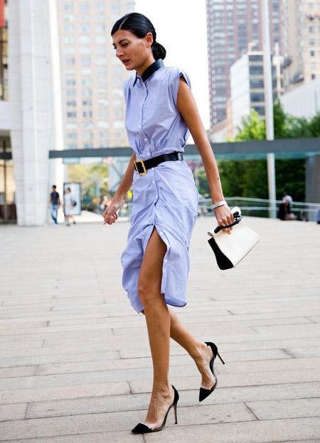 Девушка в платье-рубашке без рукавов