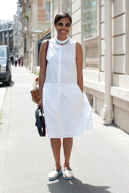 Девушка в белом платье-рубашке без рукавов