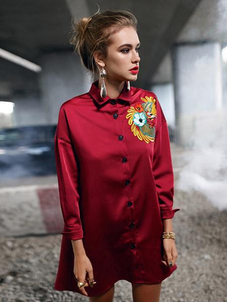 Девушка в красном платье-рубашке с вышивкой