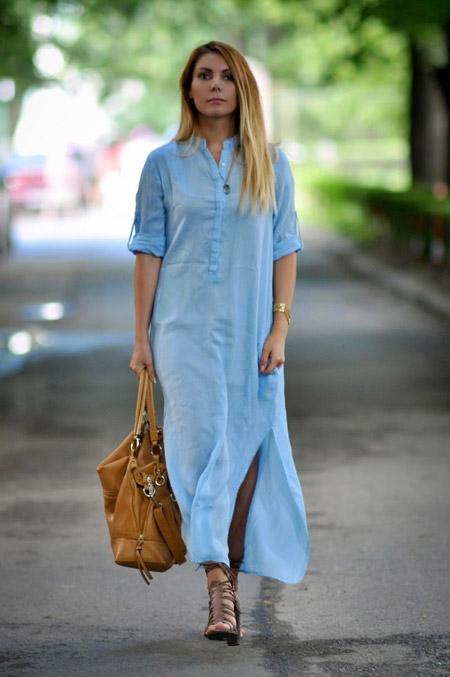 Девушка в голубом платье-рубашке