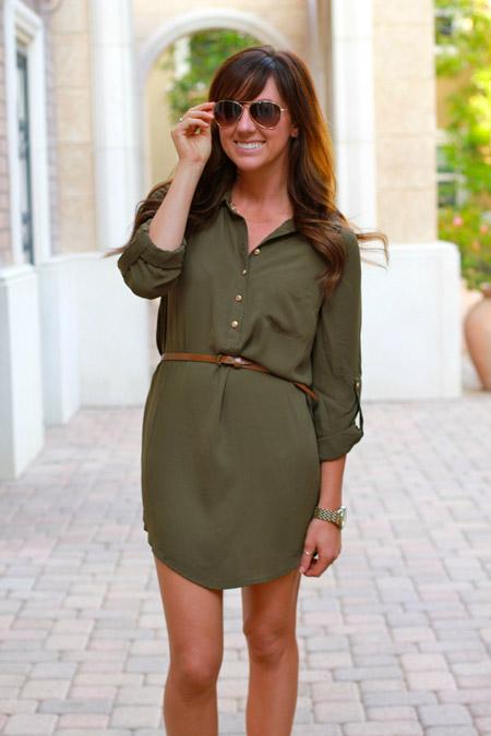Девушка в болотном платье-рубашке