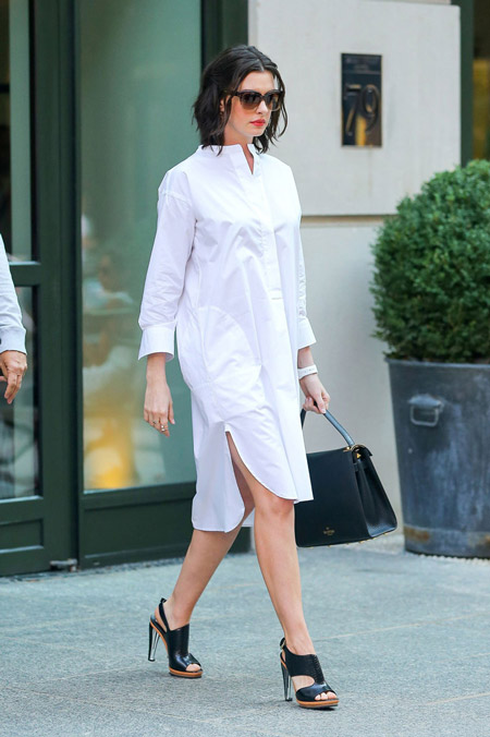 Девушка в белом платье-рубашке и черных босоножках