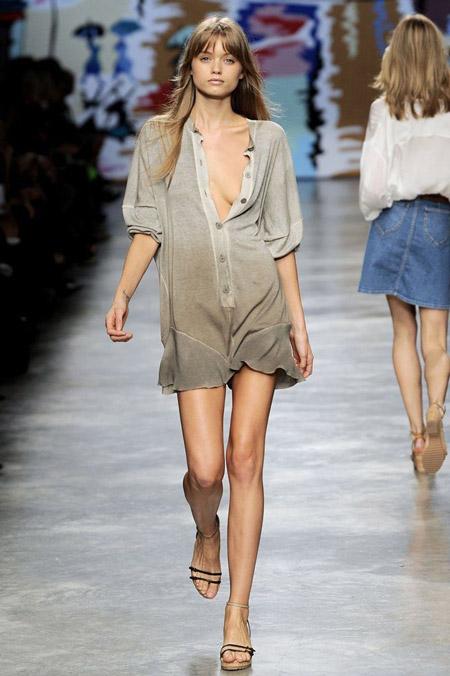 Модель в сером платье-рубашке