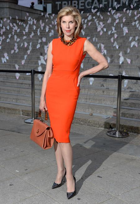 Женщина в оранжевом платье футляр