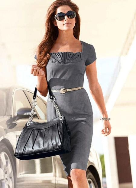 Девушка в сером офисном платье футляр