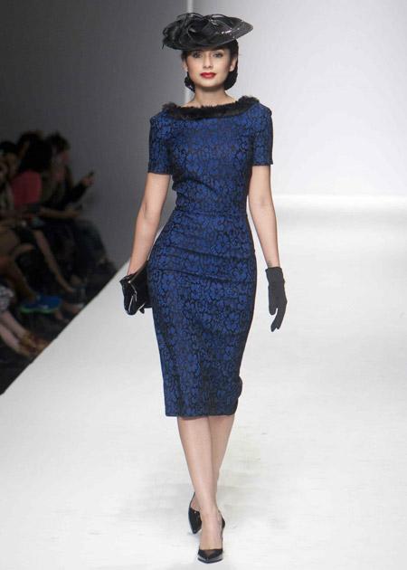 Синее платье футляр с цветочным принтом