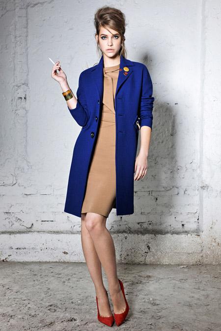 Девушка в синем платье футляр и синем пальто