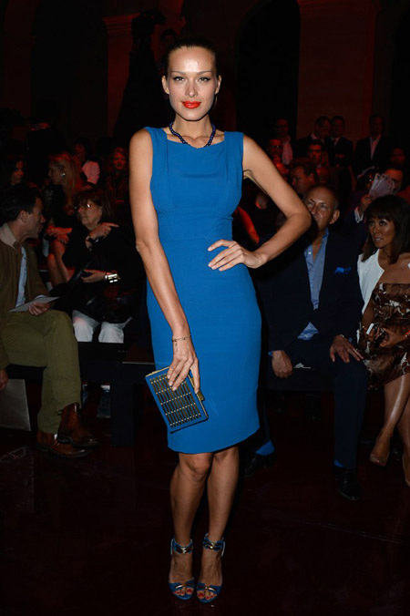 Девушка в синем платье футляр и босоножках
