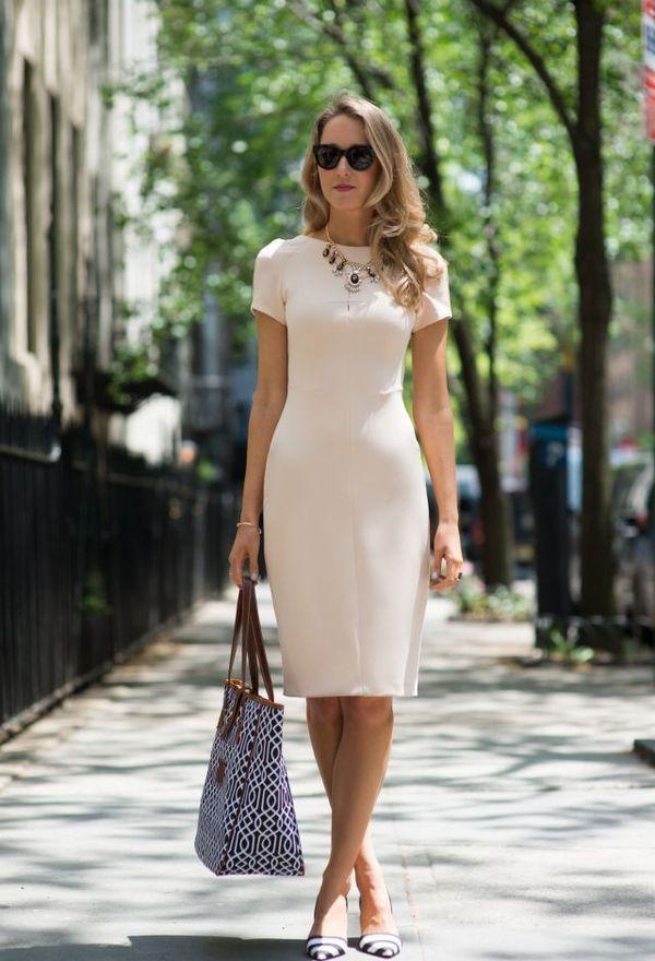 Девушка в светлом платье футляр
