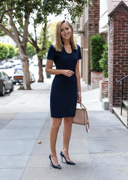 Девушка в темно-синем офисном платье футляр