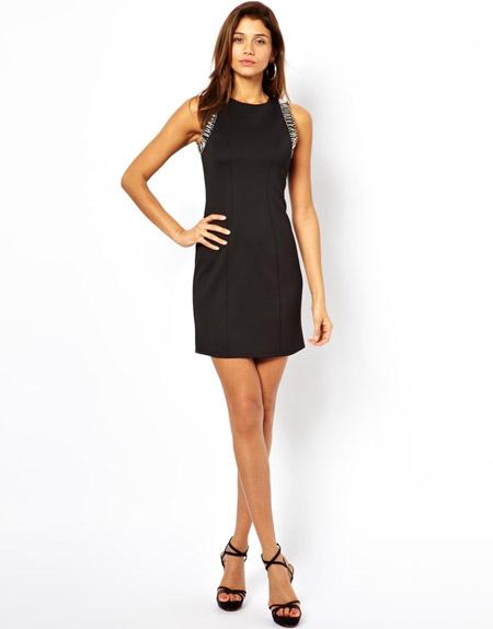 Девушка в черном платье футляр и босоножках