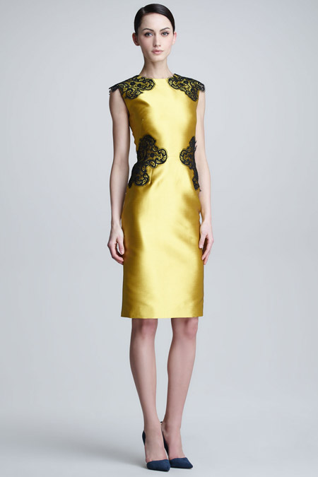 Девушка в платье футляр золотого цвета