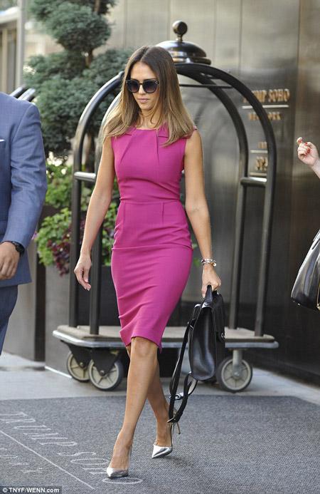 Джессика Альба в платье футляр цвета фуксия