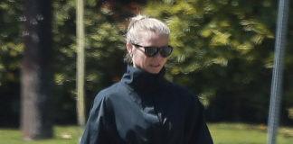 Гвинет Пэлтроу в черной куртке с поясом, свободных брюках и кроссовках похожа на спецагента