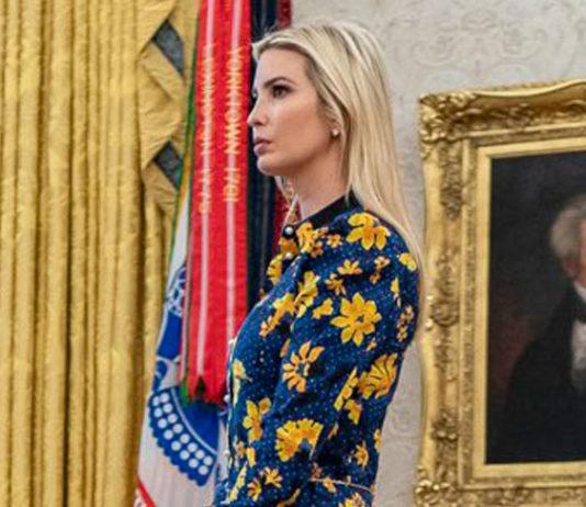 Иванка Трамп в красивом и дорогом платье, дополненном синими туфлями прекрасно выглядит