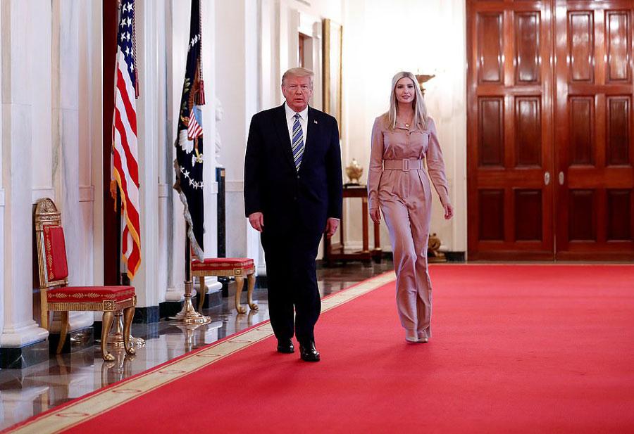 Иванка Трамп в комбинезоне с длинными рукавами и лодочках