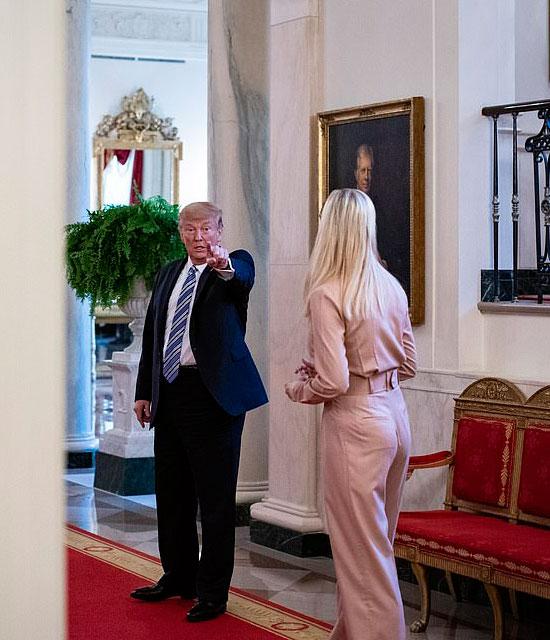 Иванка Трамп в комбинезоне с поясом и туфлях на шпильке