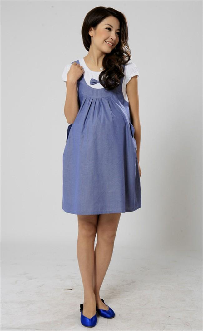 Девушка в сине-белом платье для беременных