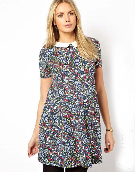 Девушка в коротком, цветном платье для беременных