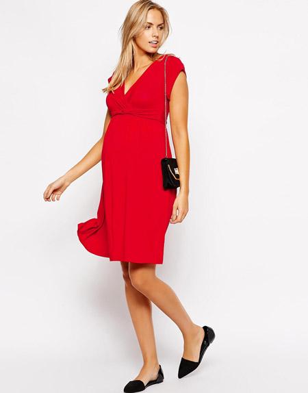 Девушка в красном платье для беременных