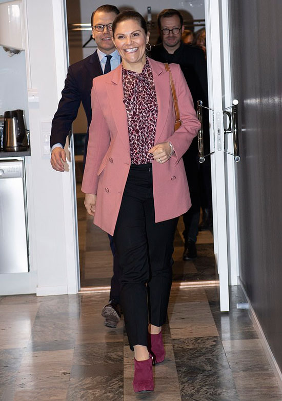 принцесса Виктория в черных брюках и розовом пиджаке