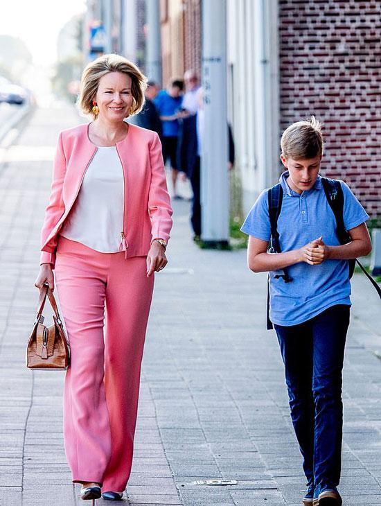 королеваБельгии в розовом костюме и белом топе