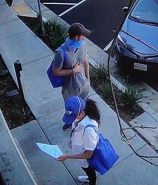 Меган Маркл в белой блузе, джинсах скинни и синий кепке