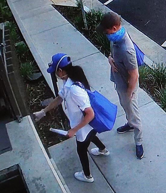 Меган Маркл в белой блузе, джинсах скинни, синий кепке и кедах