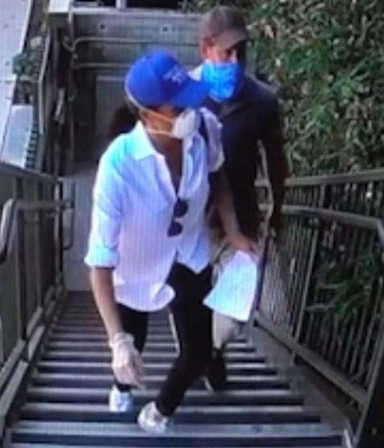 Меган Маркл в белой блузе, кедах и черных джинсах скинни