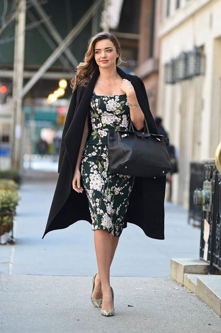 Миранда Керр в цветочном платье футляр и пальто