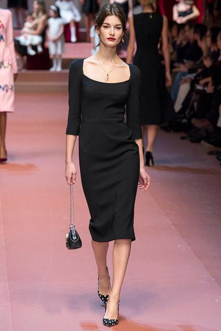 Девушка в черном офисном платье футляр и лодочках