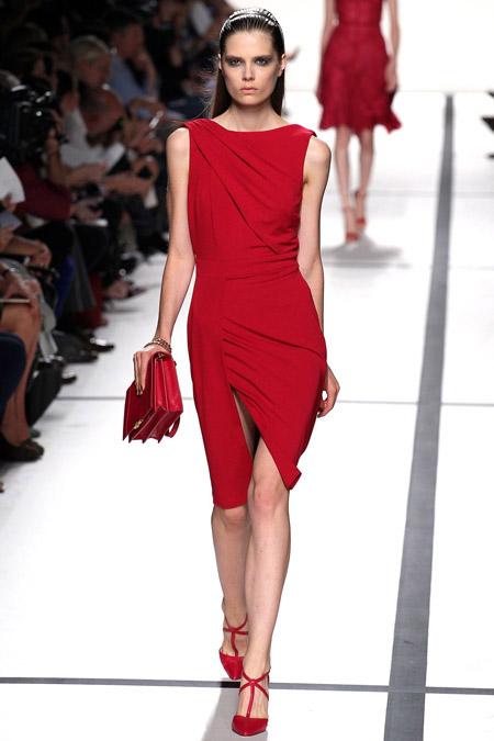 Девушка в красном платье футляр с драпировкой