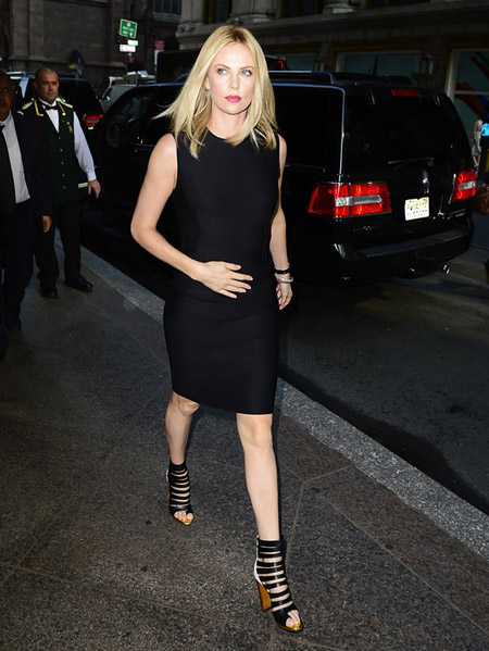Шарлиз Террон в черном платье футляр