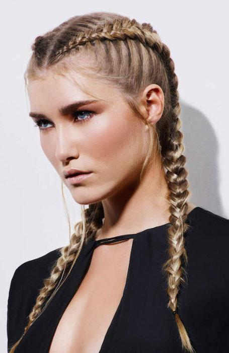 Девушка с двумя тугими голландскими косами