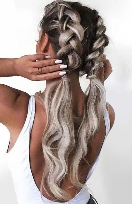Девушка с голландскими косами и свободными хвостиками