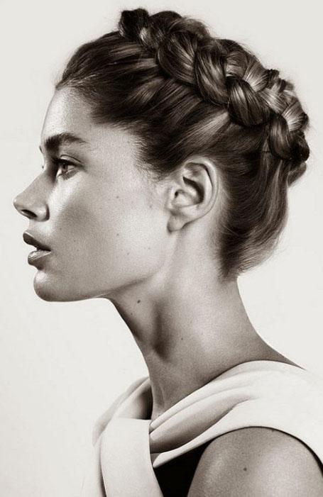 Девушка с голландской косой вокруг головы