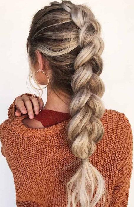 Девушка с красивой воздушной голландской косой