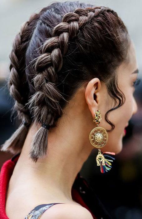 Девушка с прической голландская коса на коротких волосах