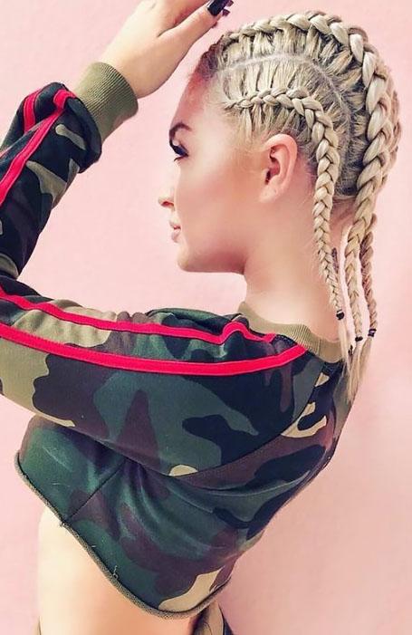 Девушка с тугими голландскими косами на светлых волосах
