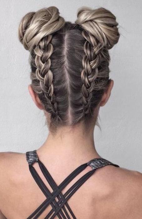 Девушка в голландскими косами и пучками на голове